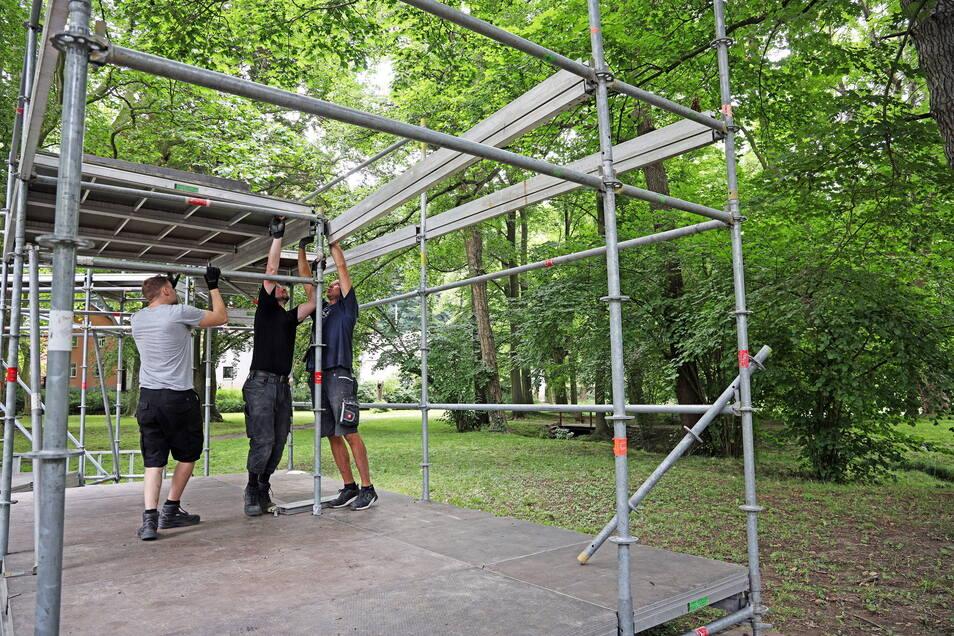 Mitte Juli wurde die Bühne im Seußlitzer Schlosspark aufgebaut.
