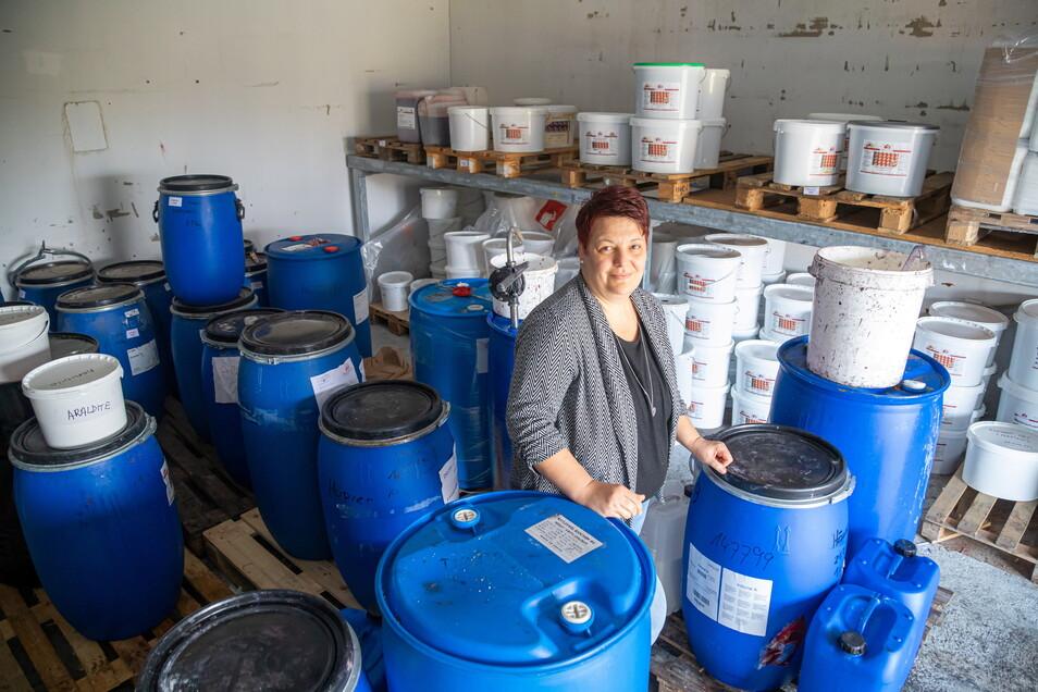 Noch immer sind bestimmte Rohstoffe für die Farbenherstellung knapp. Deshalb hat Geschäftsführerin Bianca Schäfer das Sortiment von Höpner Lacke verschlankt.