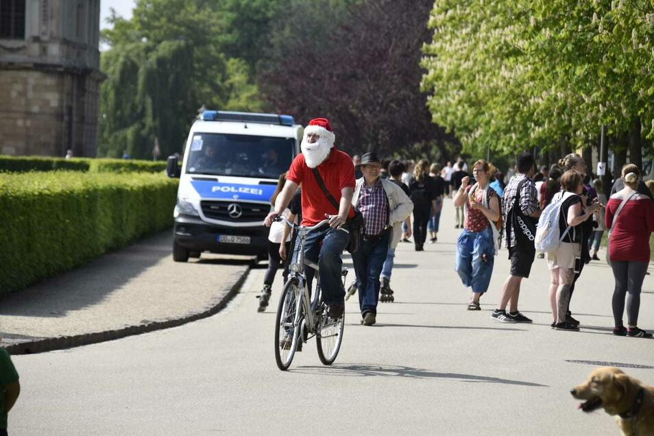 Ein Demonstrant ist im Weihnachtsmann-Outfit erschienen.