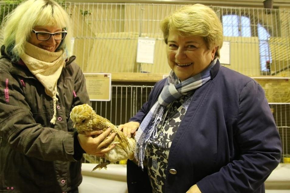Arnsdorfs Bürgermeisterin Martina Angermann (r.) beglückwünscht Maria Pietsch aus Kamenz zu ihrem Züchterpreis.