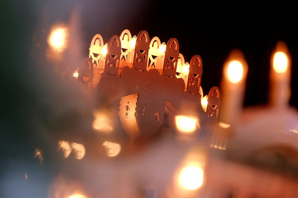 """Lichterglanz bei der Gröbaer Straßenweihnacht: Auch eine Lichterkette  """"für ein menschenwürdiges Leben aller Menschen in Frieden und Gerechtigkeit"""" ist am Vorabend des zweiten Advents geplant."""