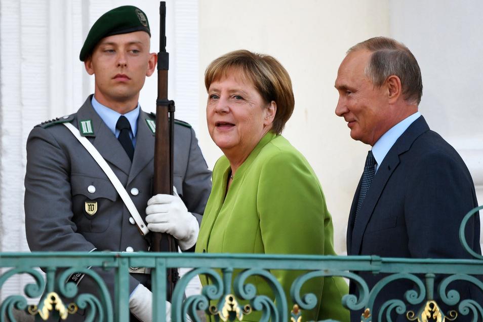Bundeskanzlerin Angela Merkel (CDU) begrüßt Putin im August 2018 vor dem Gästehaus der Bundesregierung.