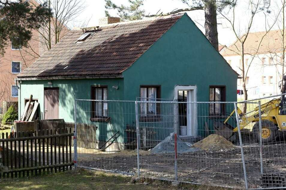 Der ehemalige Schuppen des angrenzenden Streichelzoos wird zum Lagerhaus für die Gartenspielgeräte.