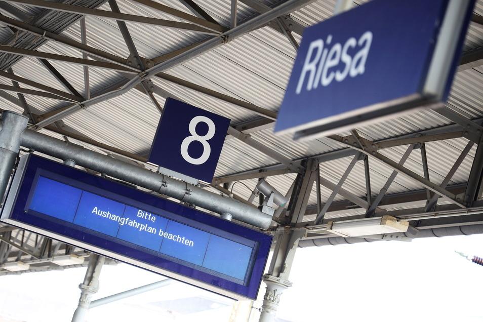 Am Riesaer Bahnhof soll es künftig mehr Möglichkeiten geben, seine Fahrkarte zu bezahlen.