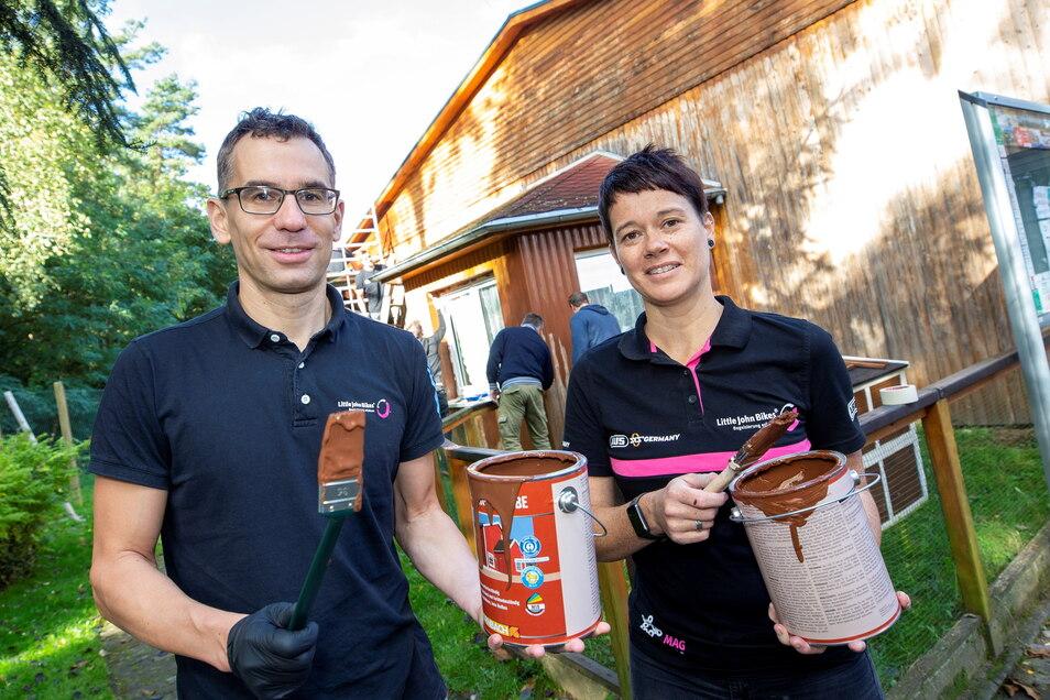 Das Tierheim Pirna bekommt einen neuen Anstrich von Mitarbeitern des Dresdner Fahrradunternehmens Little John Bikes. Dazu haben sich Jan Schneidewind (links) und Kerstin Lehman mit Pinsel und Farbe bewaffnet.