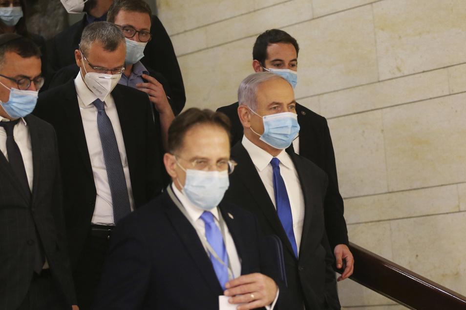 Benjamin Netanjahu (2. Reihe, r), Ministerpräsident von Israel, kommt mit medizinischem Mundschutz zum israelischen Parlament zur Vereidigung der neuen Regierung. Der Termin war bereits zweimal verschoben worden.