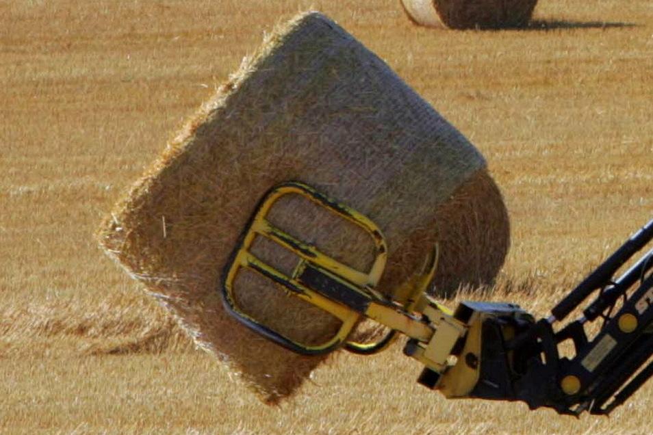 Eine Rundballenzange - ähnlicher dieser auf dem  Symbolfoto - wurde am Dienstagabend auf der S 177 zwischen Buschhaus und Gröbern gefunden. Wem gehört sie?