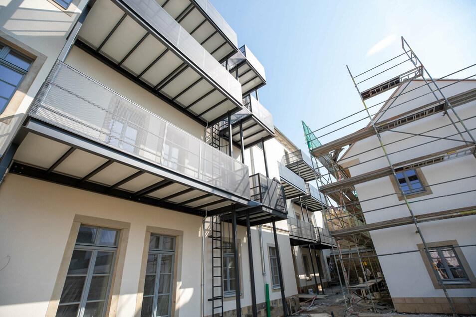 Tischerplatz 13: Am Haus wurden große Balkone angebaut.