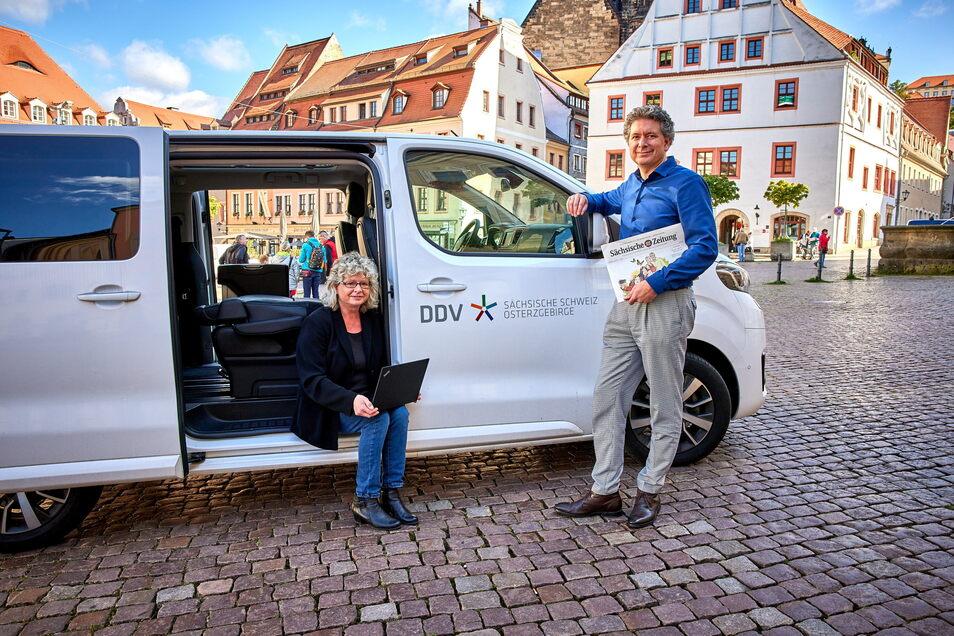 Domokos Szabó, SZ-Geschäftsführer und Regionalleiter Sächsische Schweiz-Osterzgebirge, und Reporterin Anja Weber haben die Redaktion auf Rädern schon mal auf dem Marktplatz in Pirna getestet.