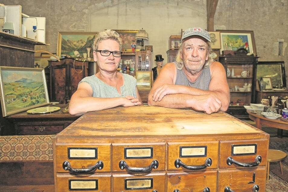 Tödelqueen und Trödelking: Karin und Holger Donath. Auf den Karteikartenschrank können sie sich das letzte Mal lehnen, er ist schon verkauft – nach Cuxhaven.