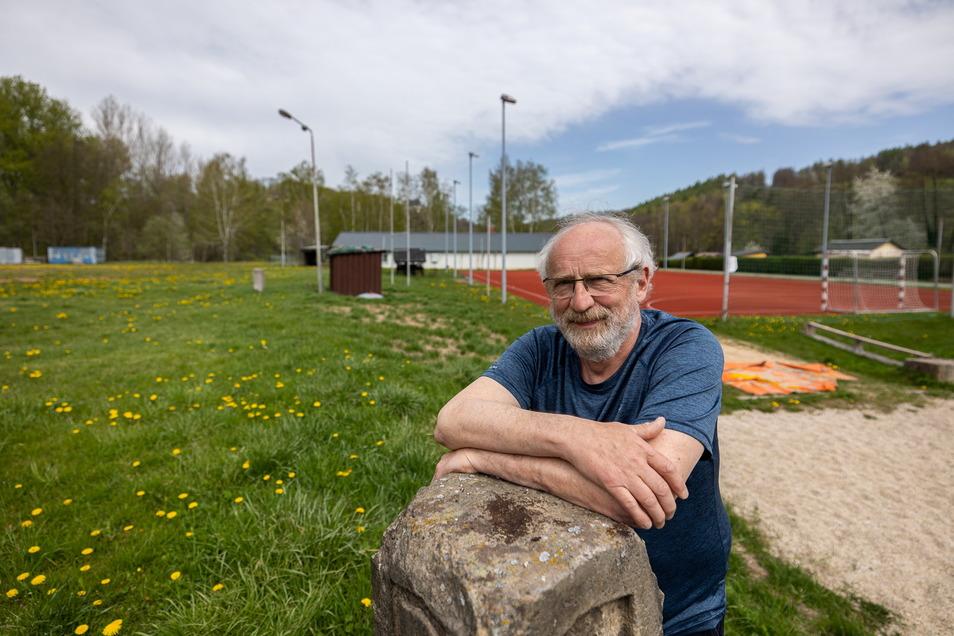 Matthias Naumann ist der stellvertretende Vorsitzende des TSC Bärenstein. Hinter ihm liegt die Wiese, auf der der TSV nächstes Jahr sein 150. Jubiläum feiern möchte.