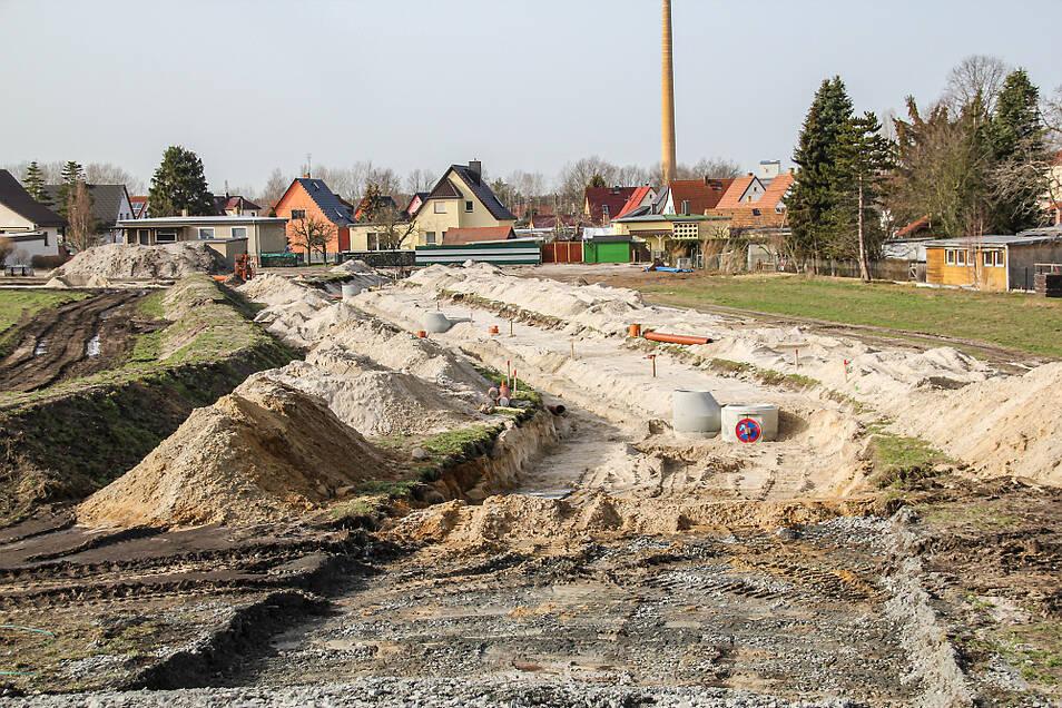 Die Erschließungsarbeiten am neuen Eigenheim-Wohngebiet an der Friedrich-Engels-Straße in Bernsdorf kommen auch in dieser Woche weiter voran.