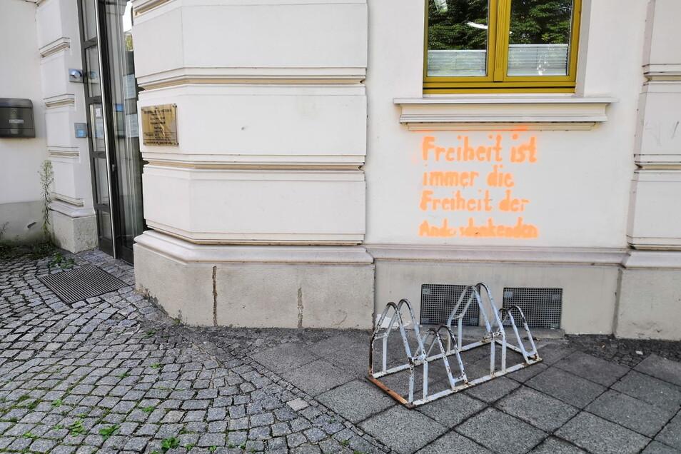 Diesen Spruch malten oder sprühten Unbekannte an die Wand der Arztpraxis in Görlitz.