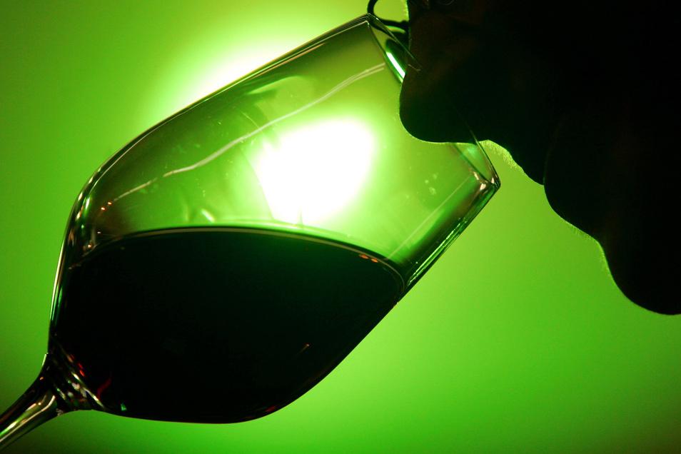 Tief ins Weinglas geschaut hat ein 82-jähriger Niederauer beim Weinfest in Weinböhla. Das ist nicht schlimm. Doch dann macht er einen verhängnisvollen Fehler.