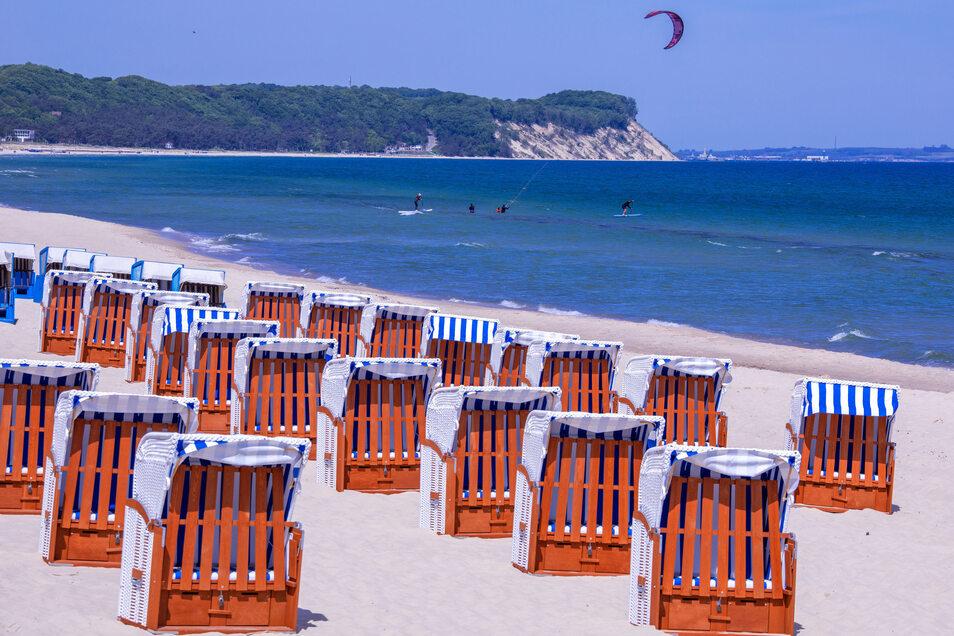 Leere Strandkörbe stehen mit dem vorgeschriebenem Sicherheitsabstand am Strand von Göhren auf der Insel Rügen.