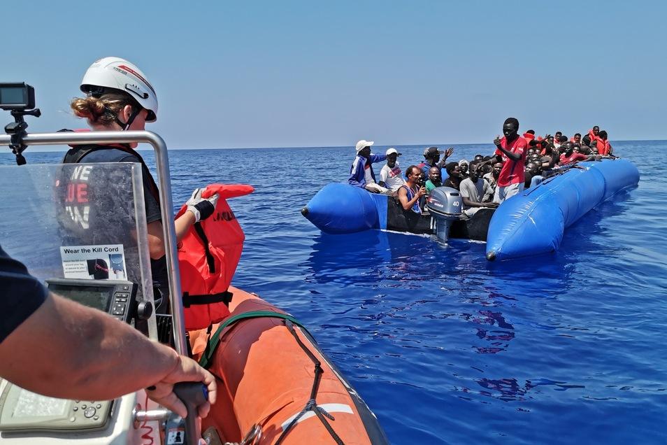"""Bei ihrer Beobachtungsmission im südlichen Mittelmeer traf die Crew der """"Eleonore"""" vor mehr als einer Woche auf ein seeuntüchtiges Schlauchboot mit 104 Menschen an Bord."""