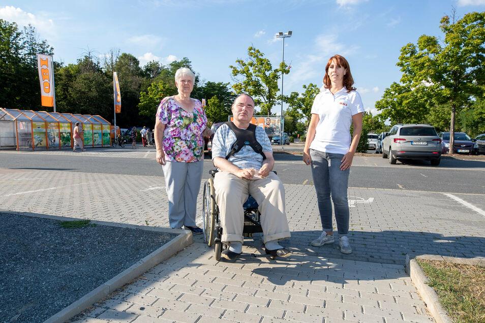Sonja Pick (v. li.) mit ihrem Sohn Stefan und Claudia Kappis, Leiterin des Obi-Baumarktes Pirna, stehen vor der neuen Rampe zum Markt.