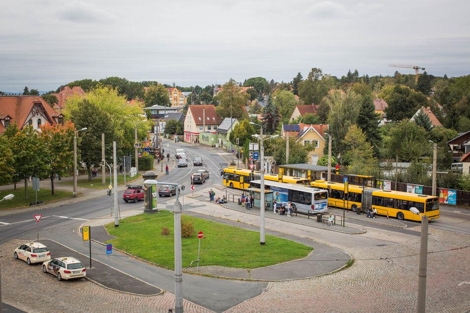 Hier lädt nichts zum längeren Aufenthalt ein, doch Fahrgäste müssen auf dem Ullersdorfer Platz öfter warten.