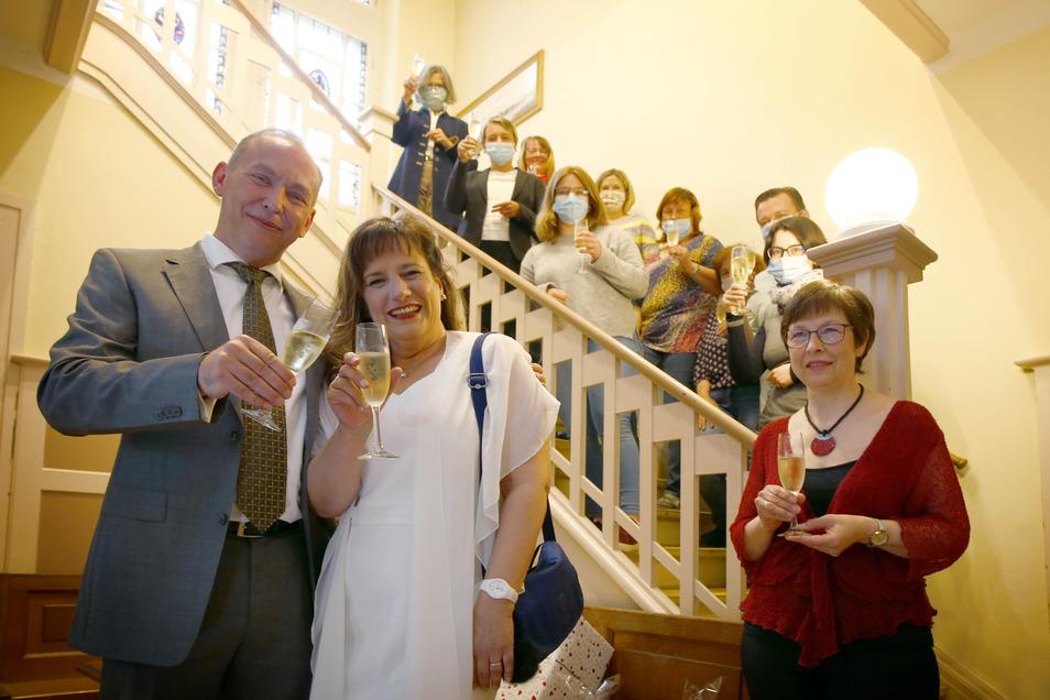 Christiane Steffen, Chefsekretärin im Pulsnitzer Rathaus, und Gunnar Hehme gaben sich am Dienstag das Ja-Wort. Mitarbeiter der Verwaltung gratulierten. Bis Anfang der Woche war ein Großteil der Belegschaft noch in Corona-Quarantäne.