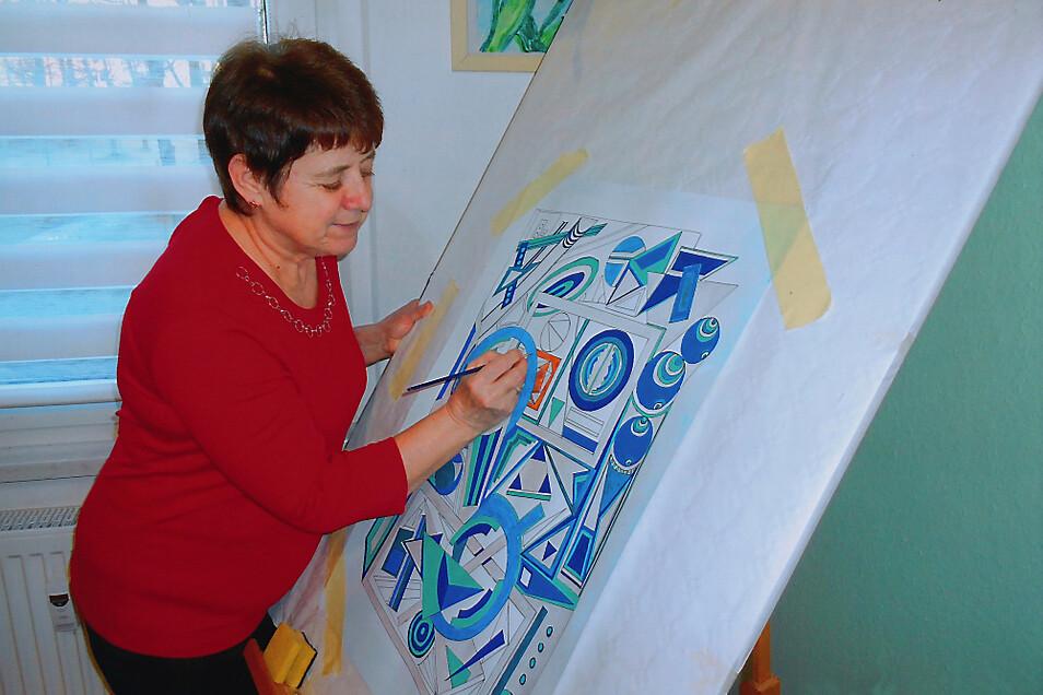 Die Hoyerswerdaerin Barbara Awe an der Staffelei – grafische Elemente spielen eine große Rolle. Bilder von Barbara Awe gibt's bald im Lausitz-Center