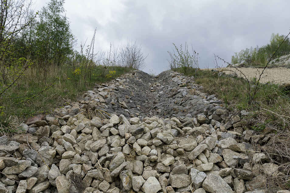 So sah der Regenwasserabsturz vorher aus. Er ist ungefähr 15 Jahre alt und schadhaft. Deshalb wird er erneuert. Die Steine können wiederverwendet werden.