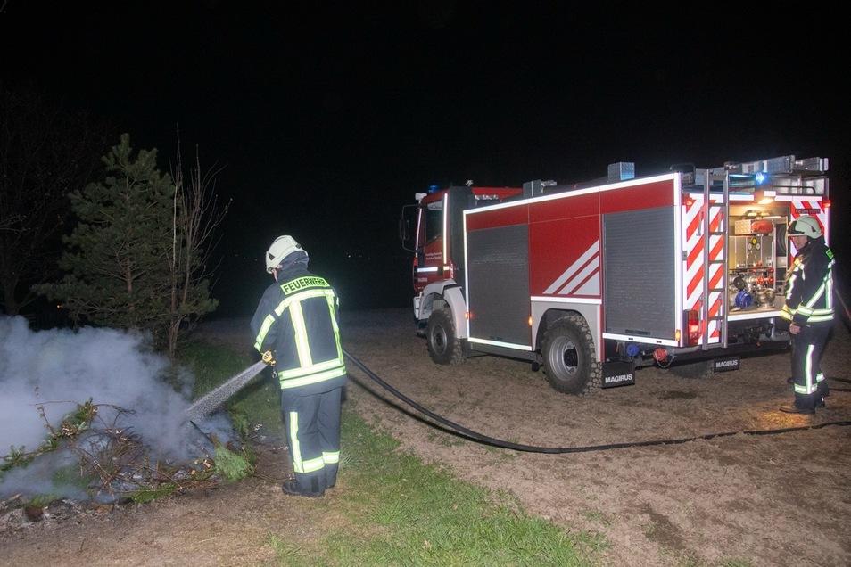 Einen brennenden Haufen mit Grünabfällen mussten Feuerwehrleute in der Nacht zu Donnerstag in Neu-Diehmen löschen. Auch die Bautzener Feuerwehr hatte einen Einsatz.