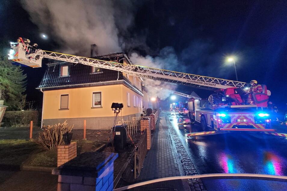Insgesamt sind rund 40 Feuerwehrleute im Einsatz - darunter auch die Drehleiter aus Oschatz.