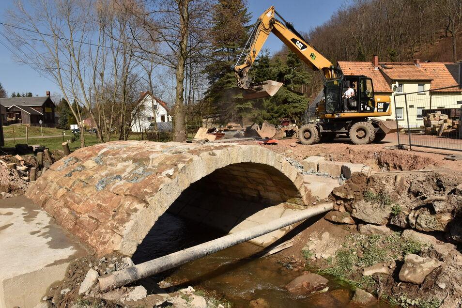 Diese Bogenbrücke im Unterdorf von Reichstädt ist derzeit noch in Bau. Sie bleibt in ihrer historischen Form erhalten, wird aber verstärkt.