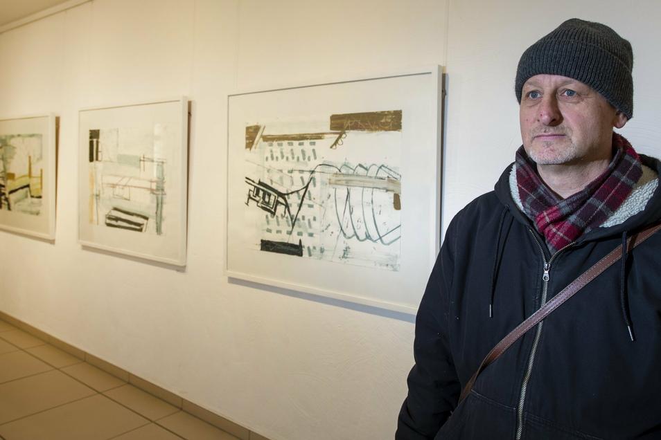"""Der Radebeuler Künstler Stefan Voigt steht in seiner Ausstellung """"An den Rändern"""" in der Stadtgalerie. Sie geht bis 18. April dieses Jahres und ist bei einem virtuellen Rundgang zu sehen."""