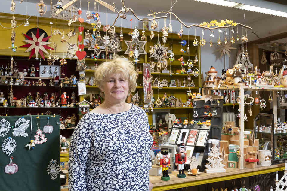 Anne-Kristin Kühnel verkauft Andenken und Geschenke, Eis und Glühwein und hilft Urlaubern mit Rat und Tat.