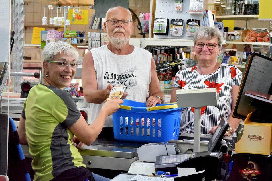 Bei Markleiterin Grit Göhle in Obercunnersdorf können Kunden jetzt auch beim Einkauf Bargeld abheben.