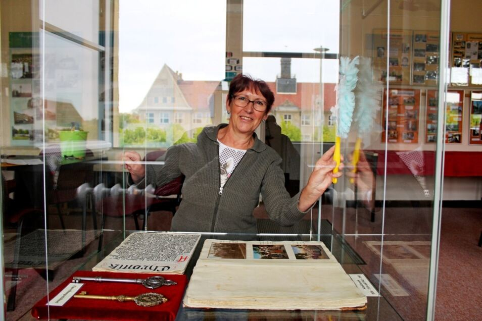 Die Heimatvereinsvorsitzende Carola Schael war mit dem Staubwedel im Museum unterwegs. Durch die Fenster im Hintergrund lugt die Schule, deren bewegte Geschichte beim Heimatverein in Form einer Chronik in sehr guten Händen ist.
