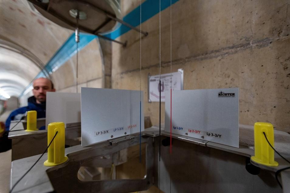 Lote zeigen Bewegungen in der Staumauer an. Dieses Instrument überwacht die Verformung der Dichtschicht.
