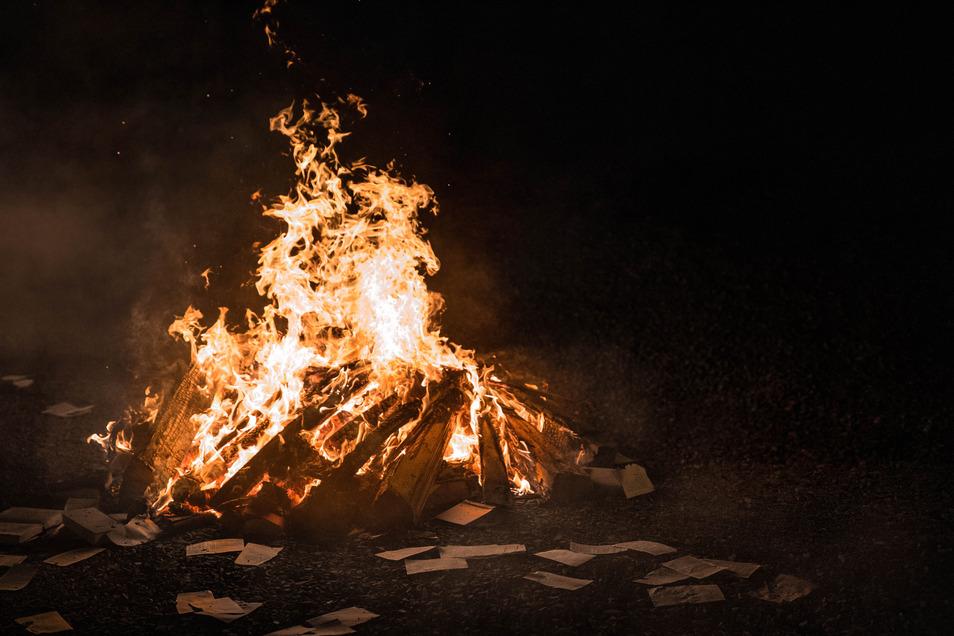 Anstatt großer Hexenfeuer brannten am Donnerstagabend wegen der Corona-Beschränkungen viele kleinere. In zwei Fällen schritt die Polizei ein.