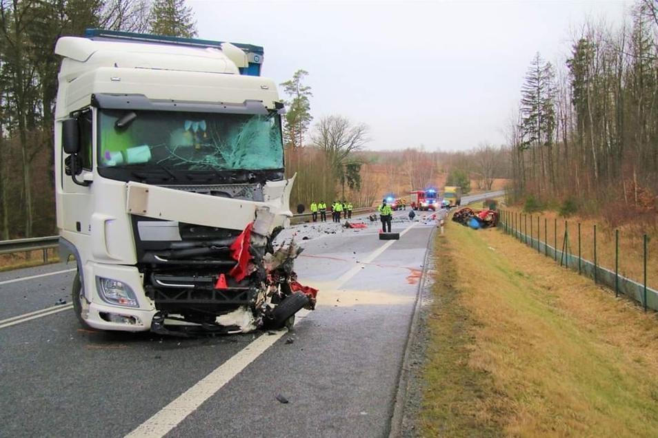 Bei diesem Unfall zwischen Bily Kostel und Hradek starb ein Autofahrer.