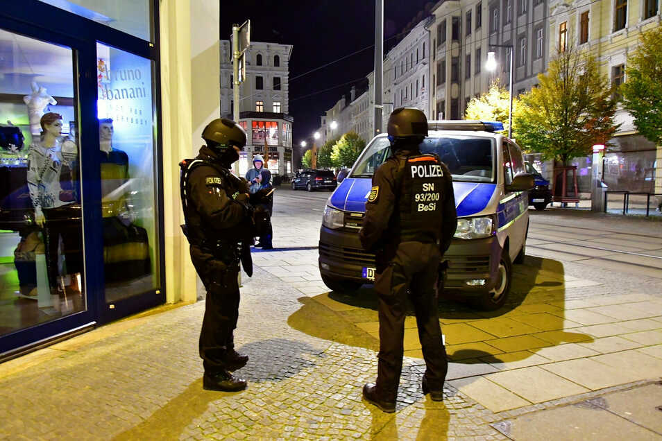 Großaufgebot der Polizei am 6. November in Görlitz: Zwei Syrer hatten mit vermeintlich scharfen Waffen im Internet posiert.