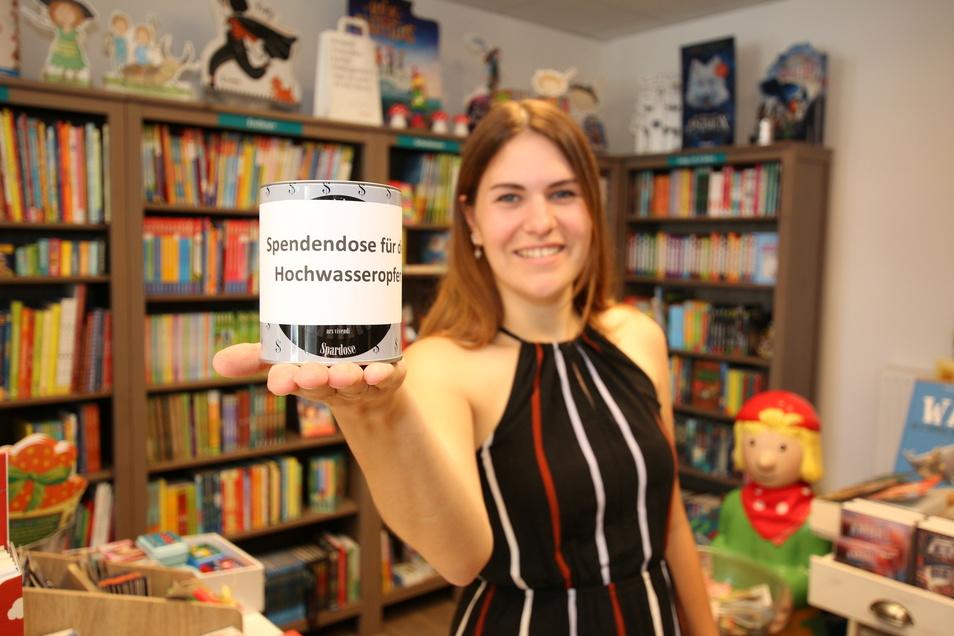 Lisa Panke-Deutscher von der Buch-Oase mit der Spendenbox für die Hochwasseropfer. Zudem waren alle Umsätze des verkaufsoffenen Sonntags am 25. Juli gespendet worden.