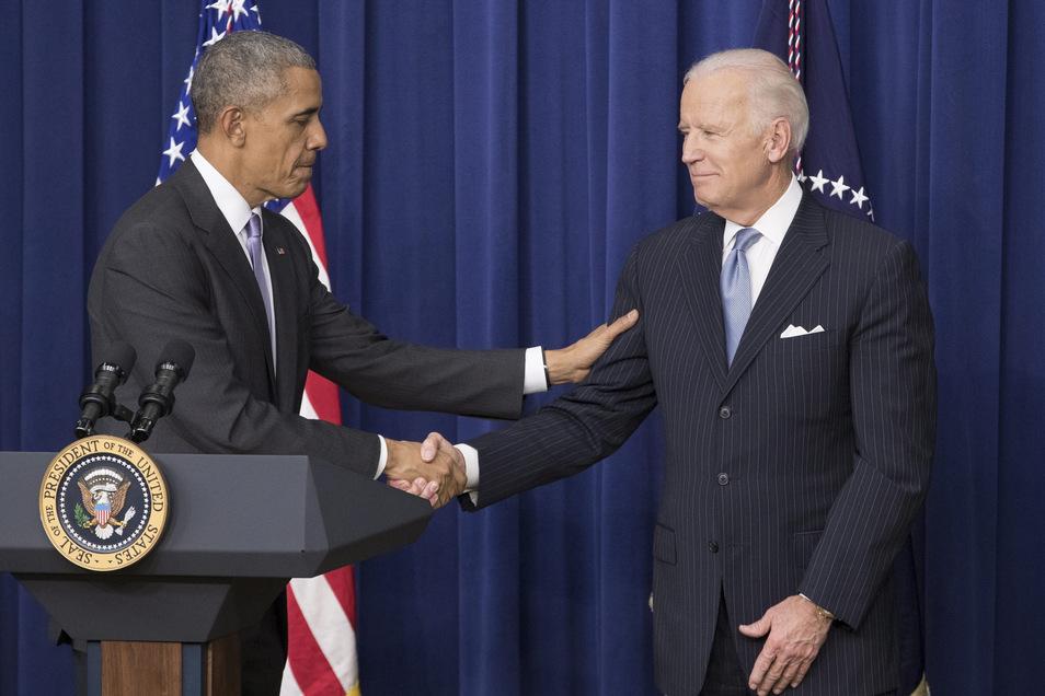 Ein Foto aus dem Jahr 2016: Der damalige US-Präsident Barack Obama (l) schüttelt seinem Vizepräsidenten Joe Biden die Hand. Obama hat seinem früheren Stellvertreter offiziell seine Unterstützung im US-Präsidentschaftsrennen zugesichert.
