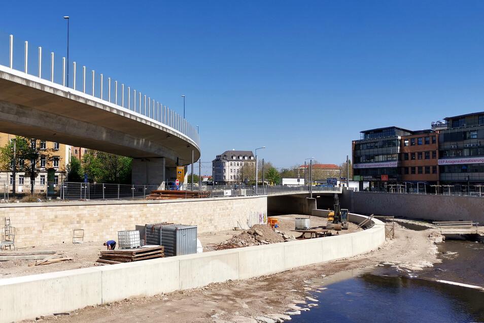 Der Ausbau des Weißeritzknicks zwischen den Brücken Kesselsdorfer und Löbtauer Straße nähert sich dem Ende. Hier wurden höhere Uferwände und eine Mittelmauer gebaut.