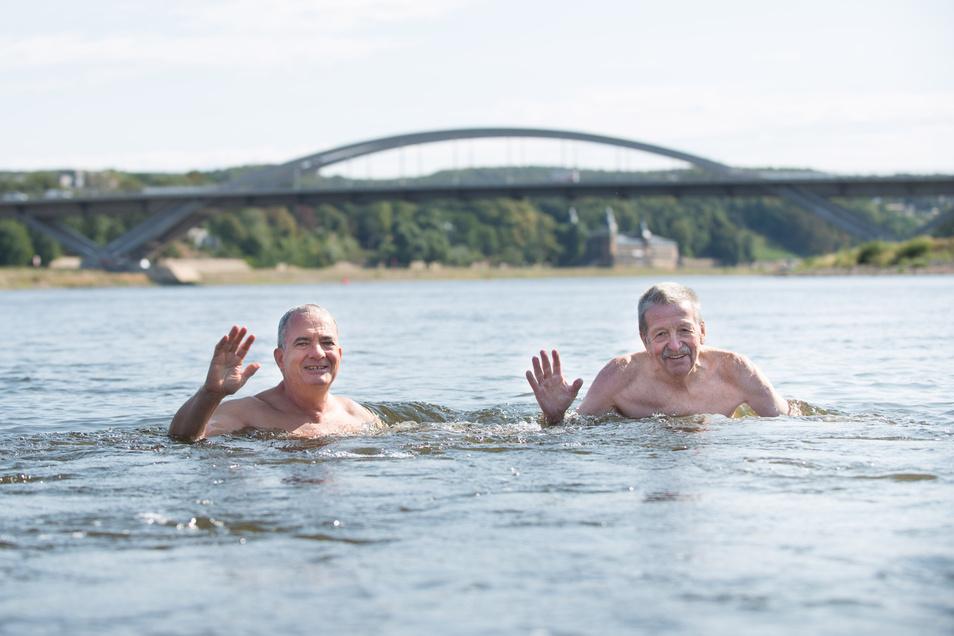 Vor zwei Jahren hatte Peter Hilbert (l.) bereits mit dem langjährigen Organisator der Dresdner Elbeschwimmens, Dietrich Ewers, bereits die Elbe überquert.