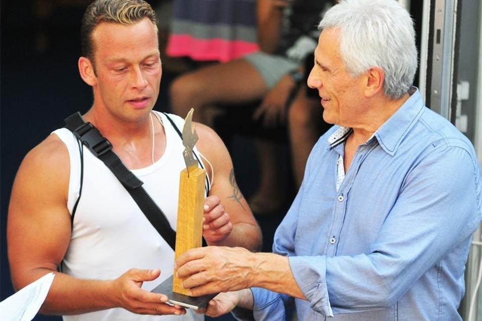 Auf dem Areal der Landesbühnen erhielten die erfolgreichsten Teilnehmer aus den Händen von Defa-Indianer Gojko Mitic ihre Preise.