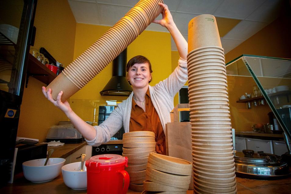 """Caroline Bothin, Inhaberin der Suppenküche """"Kleine Auszeit"""", zeigt die Pappbecher, in die sie das Essen für ihre Kunden füllt."""