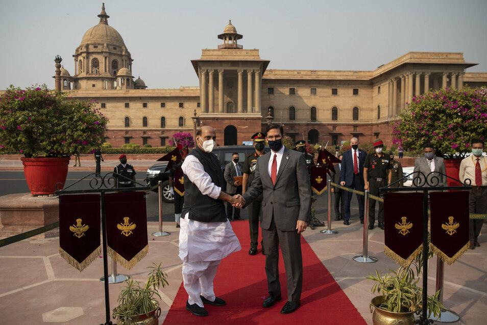 Rajnath Singh (l), Verteidigungsminister von Indien, empfängt Mark Esper, Verteidigungsminister der USA, vor dem indischen Verteidigungsministerium in Delhi.