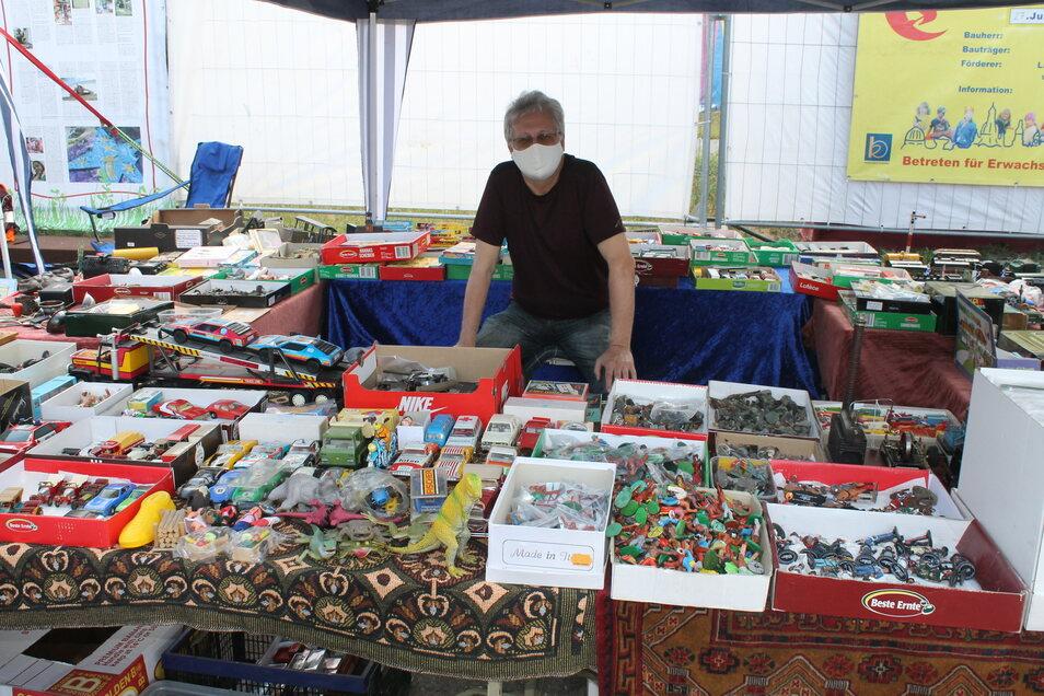 Thomas Finck bietet altes DDR-Spielzeug, Figuren und Autos auf dem Flohmarkt an.