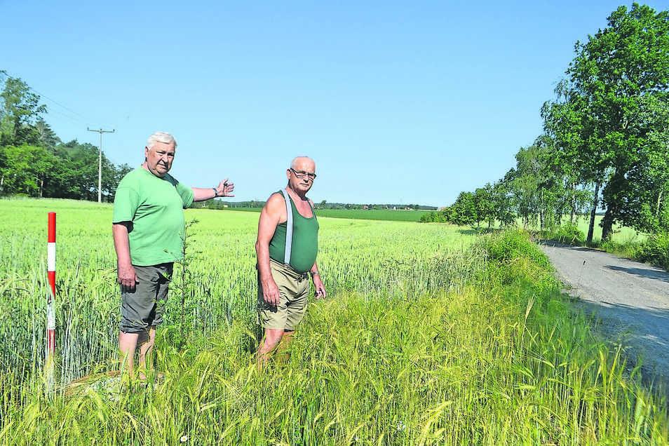 Hier muss wieder eine Hecke her: die Blochwitzer Manfred Grafe (l.) und Willi Loschelders an der abgeholzten Trasse für die Autobahn-Entwässerung.