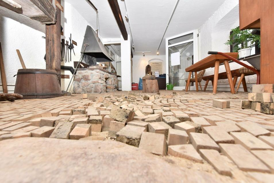 Stolpergefahr in der Bergschmiede: Bevor das Zinnwalder Huthaus genutzt werden kann, müssen die Handwerker ran.