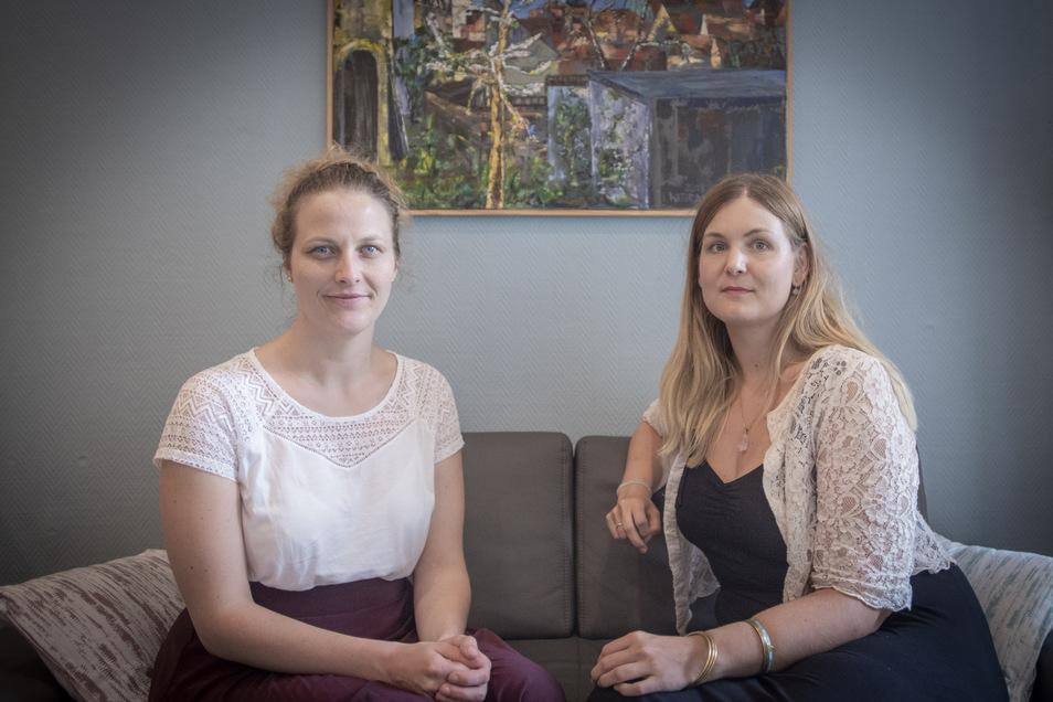 """Leila Kölbl (l.) und Mareike Jessing sind zwei Beraterinnen vom Verein """"Lebendiger Leben"""" des Teams Bautzen. Dienstags, 10 bis 12 Uhr sowie mittwochs, von 13 bis 15 Uhr sind sie in der Bautzner Straße 29 für ihre Klienten da."""