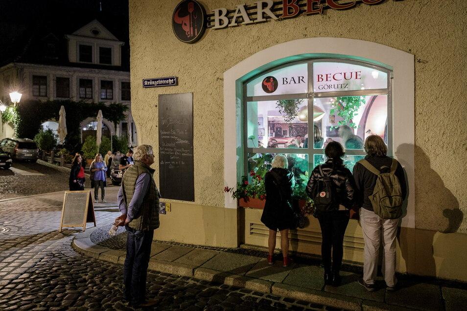 Das Kneipenfestival fand - trotz bereits erheblich gestiegener Infektionszahlen - noch Anfang Oktober in Görlitz statt. Die Freude über die Musik war aber ziemlich gering - manchmal gab es nur noch einen Fensterplatz wie hier beim Barbecue auf der Neißstraße.