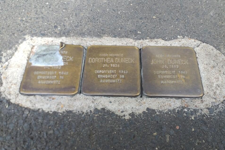 Der Stein für Erna Duneck ist irreparabel beschädigt und muss ersetzt werden. Dafür werden Spenden gebraucht.