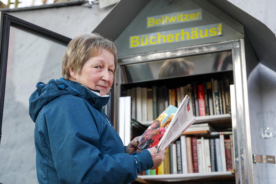 Silvia Freudenberger am Bellwitzer Bücherhäusel.